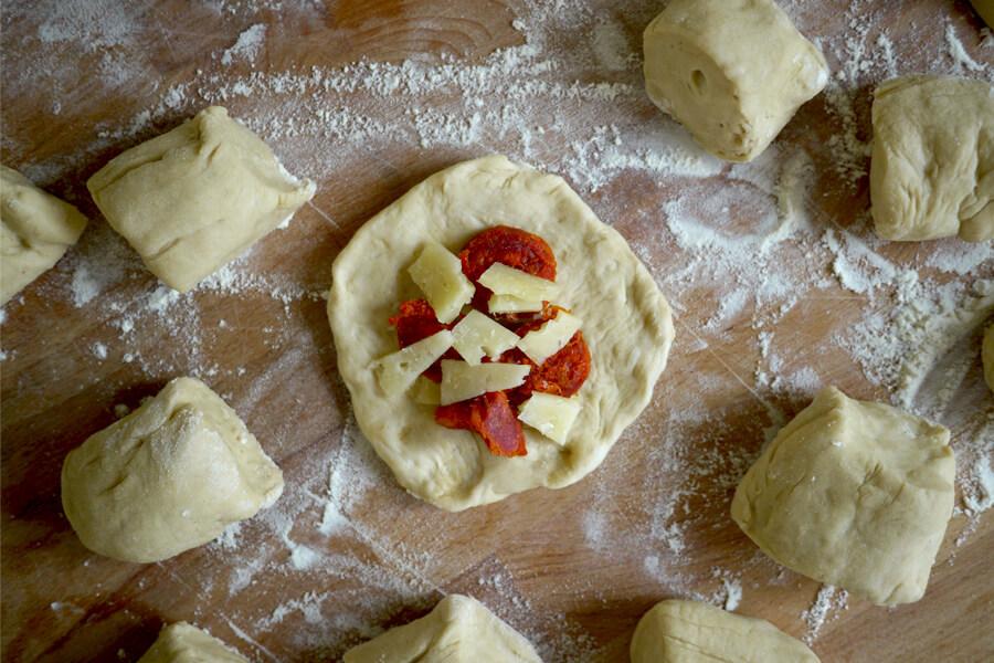 Vorbereitung der Käse-Chorizo-Happen
